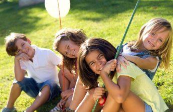 børn-der-spiller-i-haven