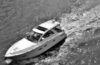 En større speedbåd der sejler set fra fugleperspektiv