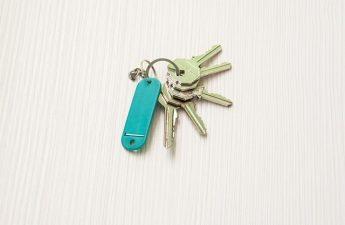 Nøgler på bord