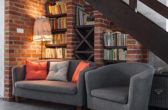 En hyggelig stole med varm belysning og bøger i baggrunden